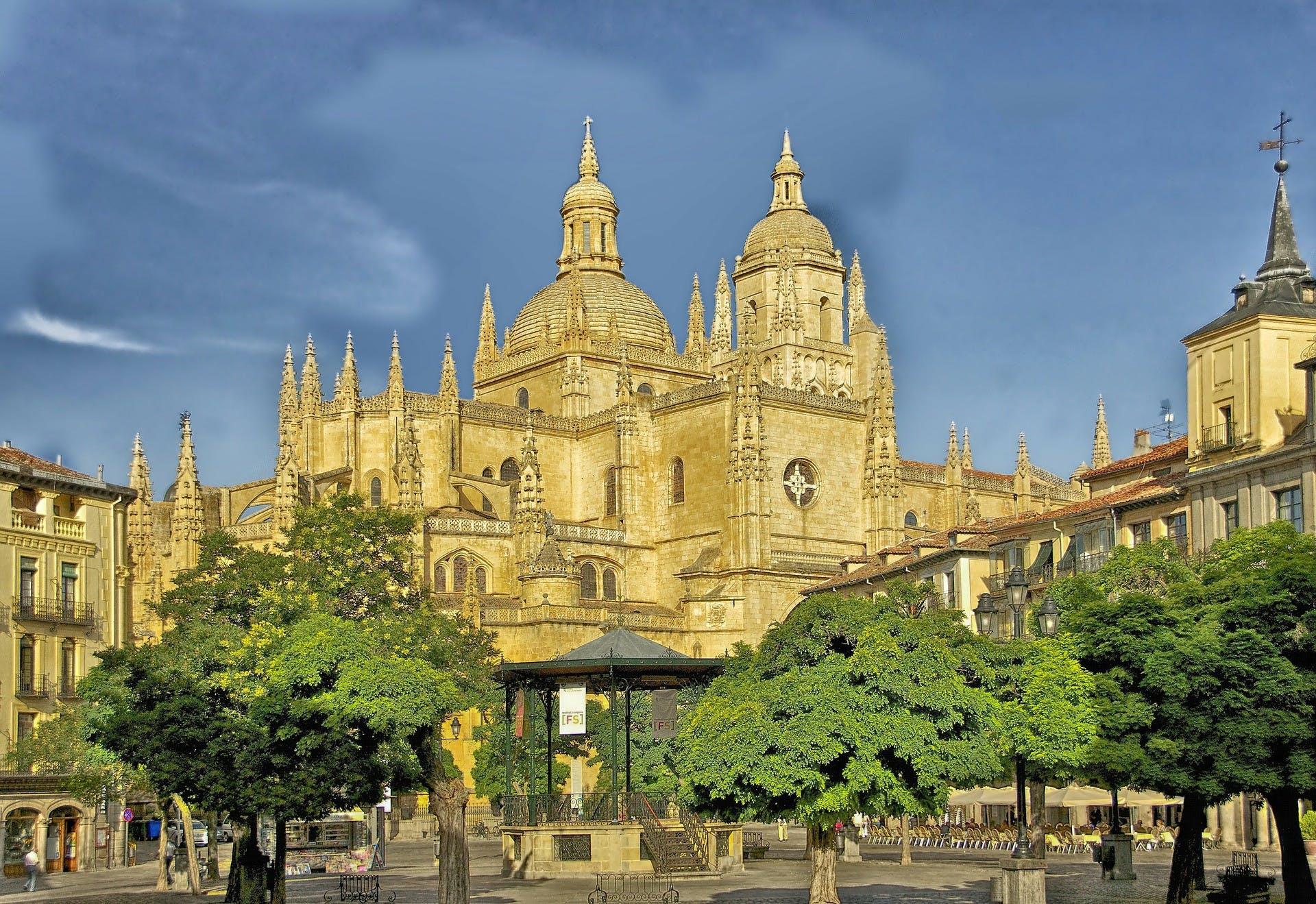 Segovia y Toledo tour de día completo desde Madrid con exclusivo acceso Catedral-1