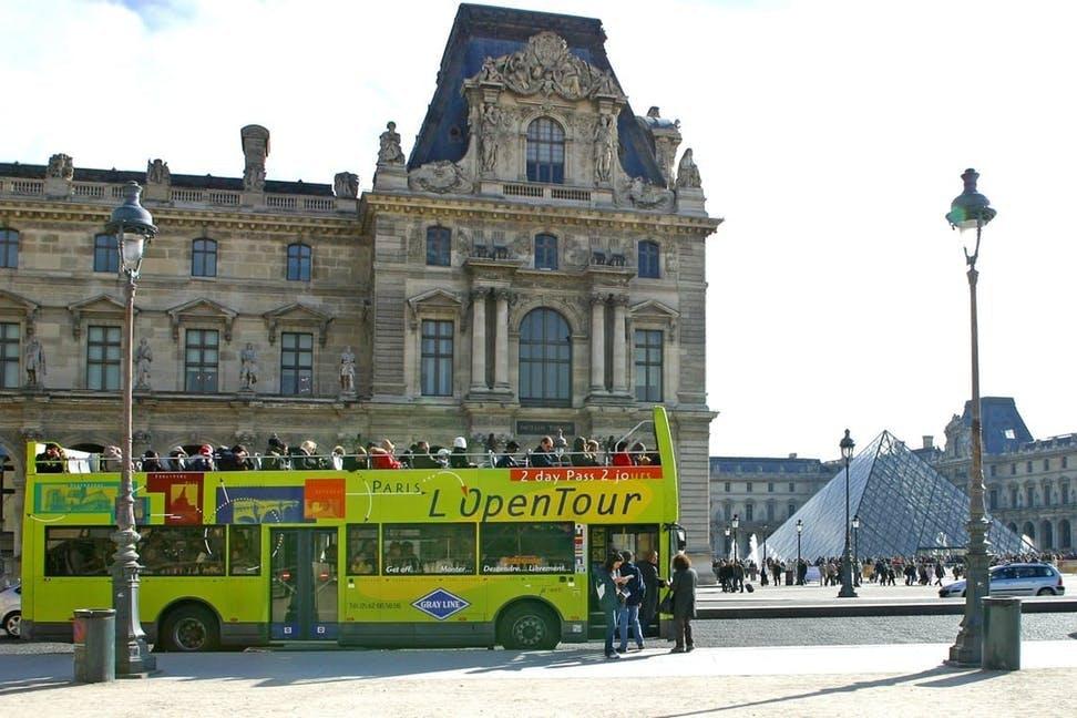 open tour devant le louvre.jpg