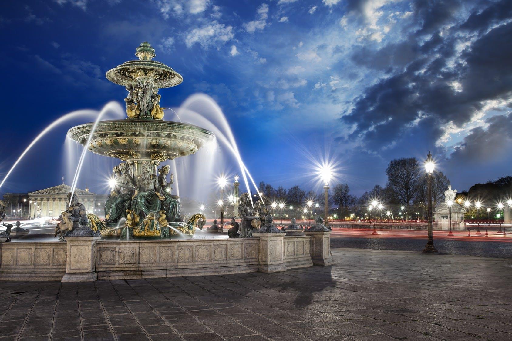 place de la concorde fountain at night.jpg