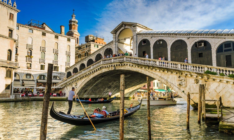 Gondola at the Rialto bridge in Venice, Italy_Fotolia_52502738.jpg
