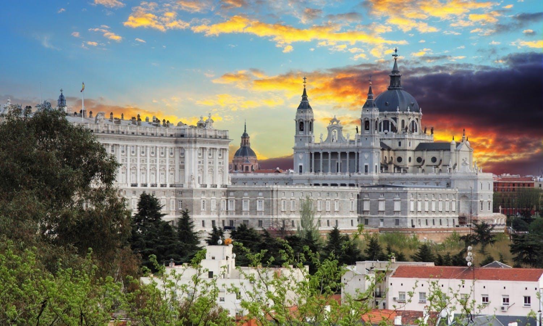 Palacio Real de Madrid y la Almudena Cathedral.jpg