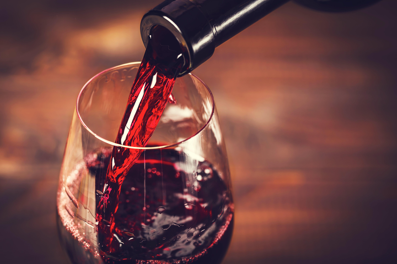 Verter el vino tinto en el glass.jpg