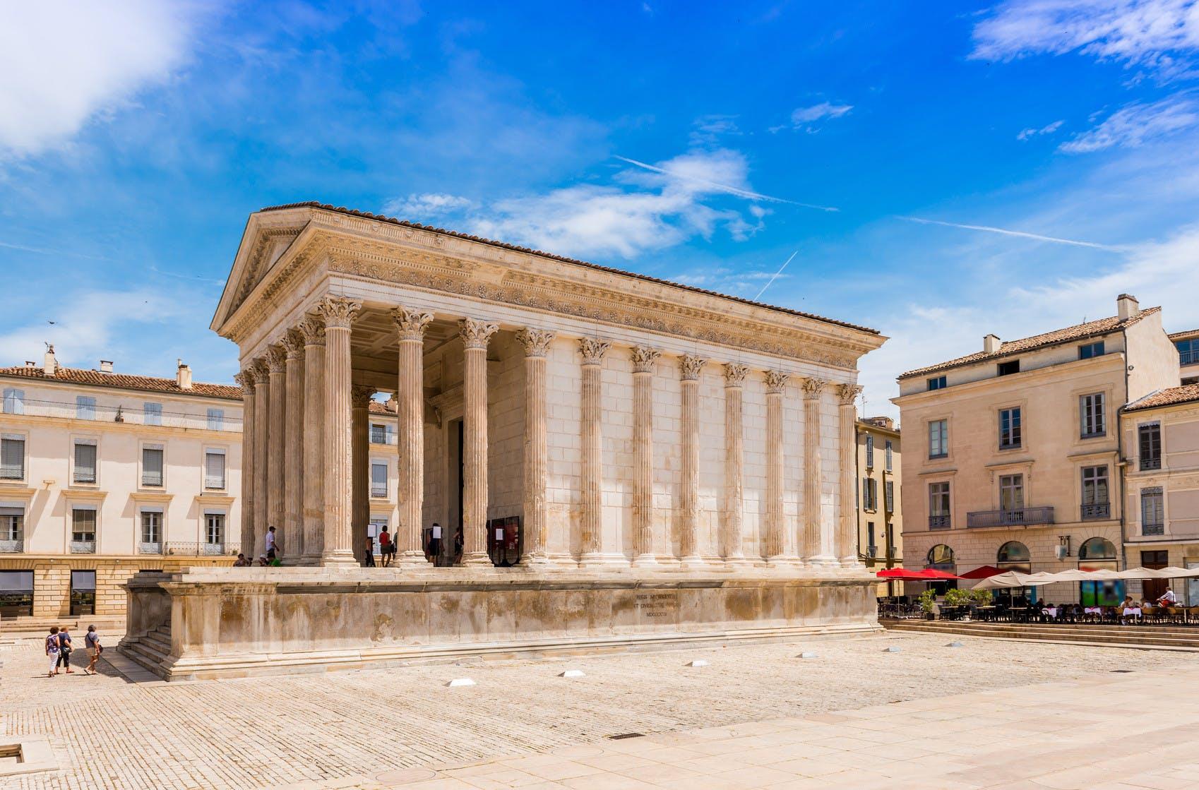 Plaza de Nimes en el Languedoc, Occitanie.jpg casa