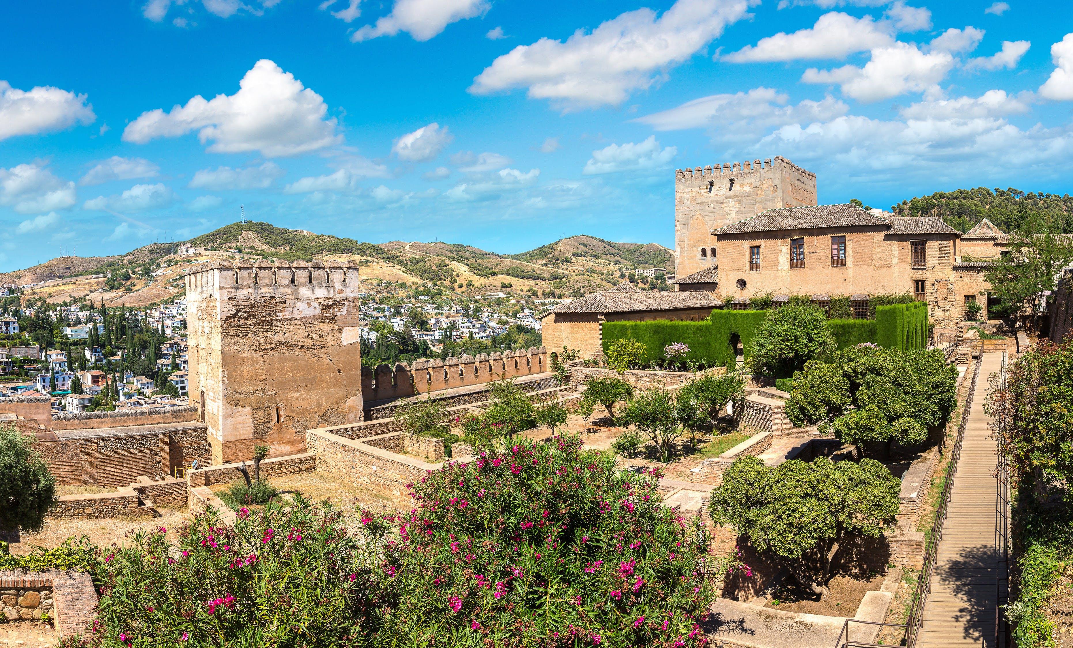 Nazaríes y Palacio de Charles V en Alhambra.jpg
