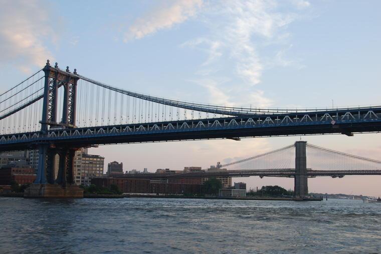 Crucero al atardecer y las luces del puerto de Nueva York